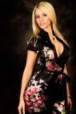 Reizvolles blondes Frauenart und weisebaumuster in der silk Robe Lizenzfreies Stockfoto