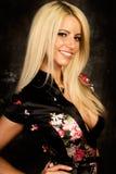 Reizvolles blondes Frauenart und weisebaumuster in der silk Robe Lizenzfreies Stockbild