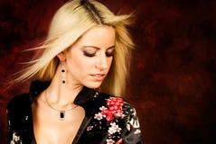 Reizvolles blondes Frauenart und weisebaumuster in der silk Robe Lizenzfreie Stockfotos