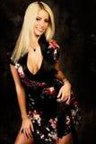 Reizvolles blondes Frauenart und weisebaumuster in der silk Robe Stockbild