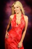 Reizvolles blondes Frauenart und weisebaumuster im roten Kleid Lizenzfreie Stockbilder