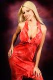 Reizvolles blondes Frauenart und weisebaumuster im roten Kleid Lizenzfreie Stockfotos