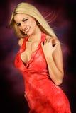 Reizvolles blondes Frauenart und weisebaumuster im roten Kleid Stockbilder
