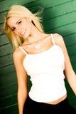Reizvolles blondes Frauenart und weisebaumuster im weißen Trägershirt Stockfoto