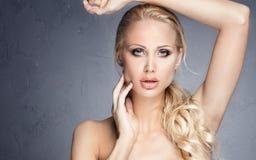 Reizvolles blondes Frauenportrait Stockbild