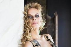 Reizvolles blondes Frauenportrait Weibliches Modell mit dem langen gewellten Haar Lizenzfreies Stockbild