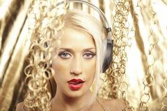 Reizvolles blondes im Gold Stockfoto
