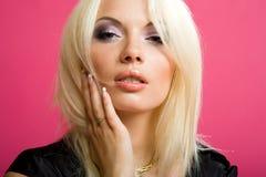 Reizvolles blondes im schwarzen Hemd Stockfoto