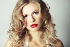 Reizvolles blondes Mädchen auf grauem Hintergrund Stockbilder
