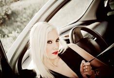 Reizvolles blondes Mädchen, das in einem Auto sitzt. Nahaufnahme Lizenzfreie Stockfotografie