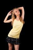 Reizvolles blondes Mädchen der Junge recht mit den angehobenen Händen Stockbild
