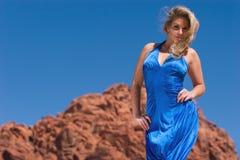 Reizvolles blondes Mädchen im modernen Kleid Stockfotos