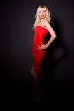 Reizvolles blondes Mädchen im roten langen Kleid Lizenzfreie Stockfotos