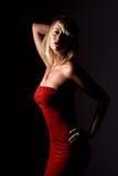 Reizvolles blondes Mädchen im trägerlosen roten Kleid Lizenzfreies Stockfoto