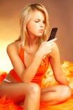 Reizvolles blondes Mädchen mit Zelle pho Stockfotografie