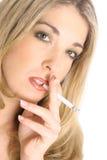 Reizvolles blondes Rauchen Stockbilder