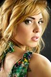 Reizvolles blondes vorbildliches ernstes Lizenzfreie Stockbilder