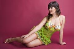 reizvolles braunes behaartes Mädchen im grünen Kleid Lizenzfreie Stockfotos