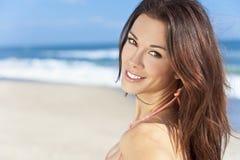 Reizvolles Brunette-Mädchen auf einem Strand Stockfotografie