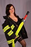 Reizvolles firewoman lizenzfreie stockbilder