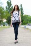 Reizvolles Gehen der jungen Frau Stockfoto