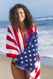 Reizvolles junge Frauen-Mädchen in der amerikanischen Flagge auf Strand Lizenzfreie Stockfotos