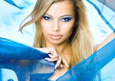Reizvolles junges blondes im Blau Stockfotografie