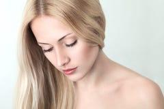 Reizvolles junges blondes Mädchen Lizenzfreies Stockfoto