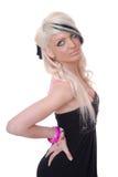 Reizvolles junges blondes Mädchenportrait im schwarzen Kleid Stockbild