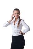 Reizvolles junges ernstes Geschäftsfraugespräch am Telefon Lizenzfreie Stockfotografie