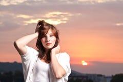 Reizvolles junges jugendlich am Sonnenuntergang Stockbild
