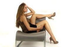 Reizvolles junges Mädchen mit den schönen Fahrwerkbeinen Lizenzfreie Stockfotografie