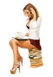 Reizvolles Kursteilnehmermädchen mit einem Stapel Büchern Lizenzfreies Stockfoto