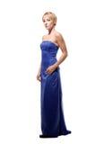 Reizvolles kurzhaariges blondes im purpurroten Kleid stockfotos