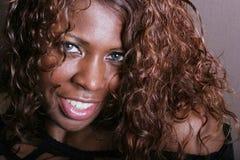 Reizvolles Lächeln der schwarzen Frau Lizenzfreies Stockbild