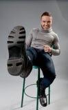 Reizvolles lächelndes passen und ordentlicher junger Mann in Studio spielen Stockfotografie