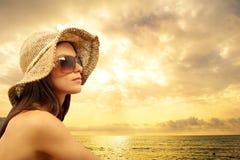 Reizvolles Mädchen auf dem Strand Stockfotos