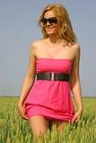 Reizvolles Mädchen auf einem Weizengebiet Lizenzfreies Stockbild