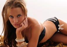 Reizvolles Mädchen auf einer Wolldecke im Bikini Stockbild