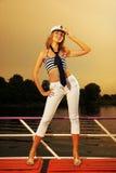 Reizvolles Mädchen auf einer Yacht Lizenzfreie Stockbilder