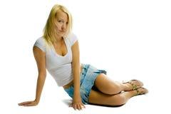 Reizvolles Mädchen auf weißem Hintergrund stockbild