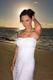 Reizvolles Mädchen, das auf dem Strand aufwirft Lizenzfreies Stockbild