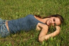 Reizvolles Mädchen, das auf Gras stillsteht Stockbild