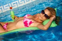 Reizvolles Mädchen, das auf Wasser an der Sommerzeit sich entspannt Lizenzfreie Stockfotos
