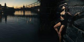 Reizvolles Mädchen, das durch den Fluss sitzt Stockfotografie
