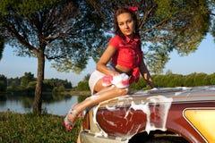 Reizvolles Mädchen, das ein Auto - Stift-oben Art wäscht stockfoto