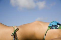 Reizvolles Mädchen, das in einem Bikini ausbreitet Stockbilder