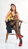 Reizvolles Mädchen, das in einem Stuhl 4 sitzt lizenzfreie stockfotos