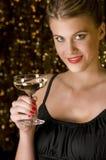Reizvolles Mädchen, das mit Glas Champagner röstet Lizenzfreie Stockfotografie