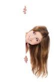 Reizvolles Mädchen, das weiße Anschlagtafel anhält stockfotos